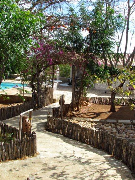 Ao fundo, a piscina e áreas comuns.