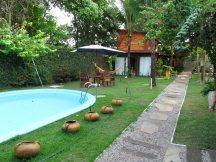 A piscina fica em frente aos quartos.