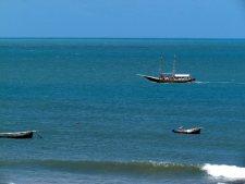 O barco esperando pelos passageiros.