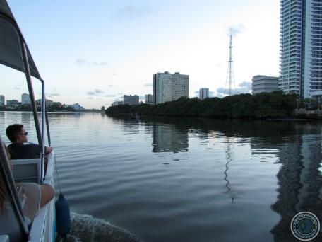 A cidade durante o passeio de barco.