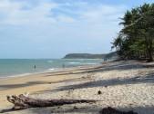 Praia do Espelho na maré alta e com céu parcialmente nublado.